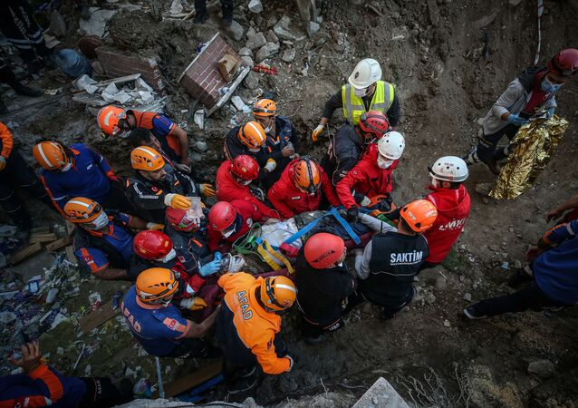 Helim Sarı, İzmir'deki depremde yıkılan Yılmaz Erbek Apartmanı enkazından 26 saat sonra yaralı olarak çıkarıldı.