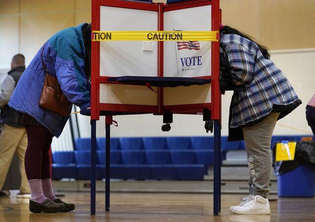 ABD'de mevcut başkan Donald Trump ve Demokrat Partili aday Joe Biden'ın yarışacağı, Beyaz Saray'da 4 yıl boyunca görev yapacak ismin belirleneceği seçimlerde son oylar bugün veriliyor.