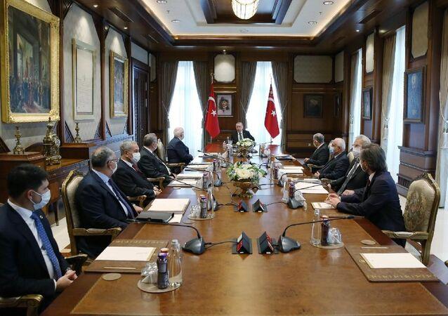 Cumhurbaşkanı Recep Tayyip Erdoğan başkanlığında gerçekleştirilen Cumhurbaşkanlığı Yüksek İstişare Kurulu Toplantısı'nda, Kurul üyeleri, eğitim ve kültür alanları ile bölgesel gelişmeler üzerine fikir teatisinde bulundu.