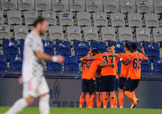 UEFA Şampiyonlar Ligi'nin 3. Haftası H grubunda Medipol Başakşehir, İngiltere'nin Manchester United takımıyla Başakşehir Fatih Terim Stadı'nda karşılaştı. Bir pozisyonda Medipol Başakşehirli oyuncu Epureanu (solda) ile Manchester Unitedlı futbolcu Martial (sağda) mücadele etti.
