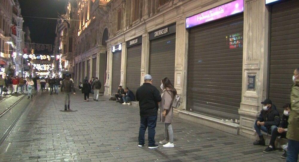 İstiklal Caddesi'nde işletmeler saat 22.00'de kepenkleri indirdi