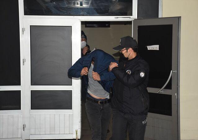 Kayseri'de yaşayan kadını ölümle tehdit ettiği iddia edilen eski kocası polis tarafından gözaltına alındı.