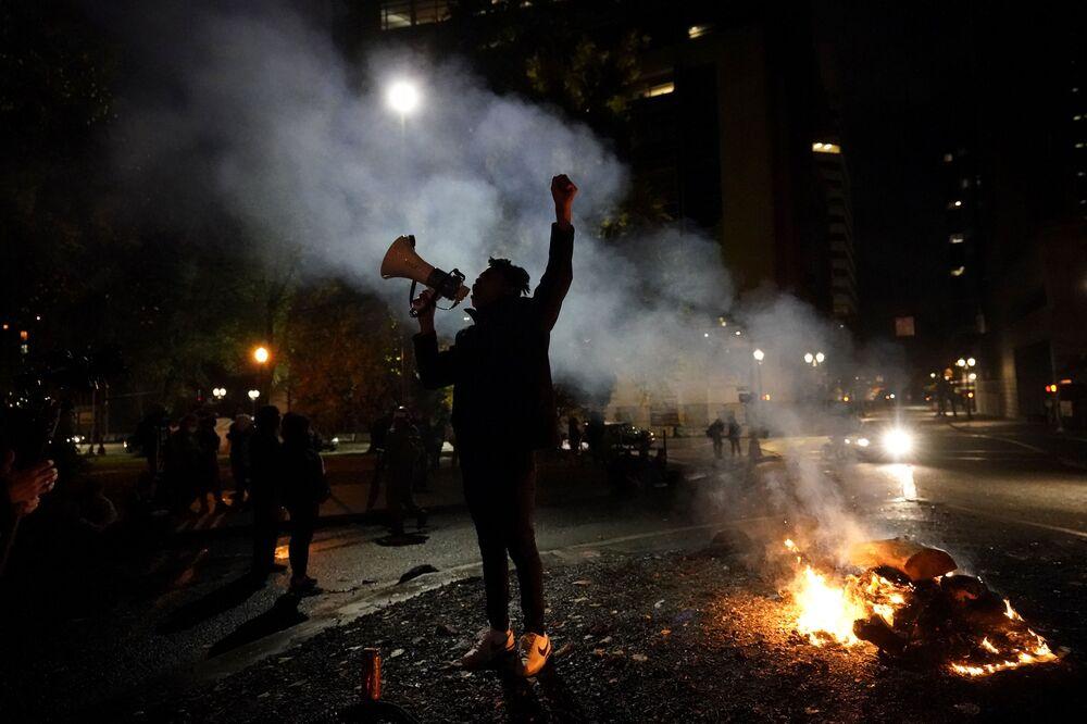 Trump karşıtlarının Trump'ın seçim sonuçlarına itiraz etmesi ve hile yapıldığını iddia etmesi üzerine protesto gösterilerini düzenledikleri  Portland eyaletinden bir kare