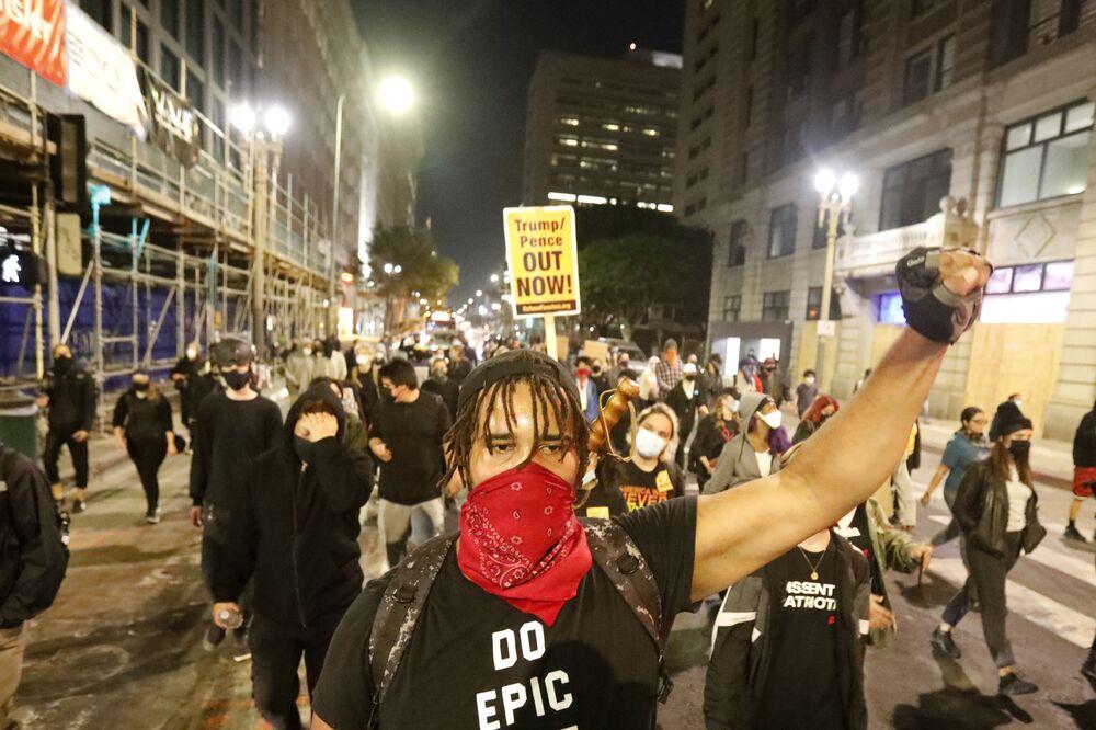 Los Angeles'teki Trump karşıtı gösterinin katılımcıları