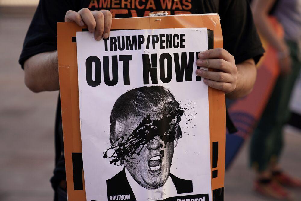 ABD seçimlerinde en çok kullanılan kavramlar hile, mahkeme, sokak, protesto oldu. Fotoğrafta: Los Angeles'te  düzenlenen Trump karşıtı gösteride kullanılan pankartlardan biri