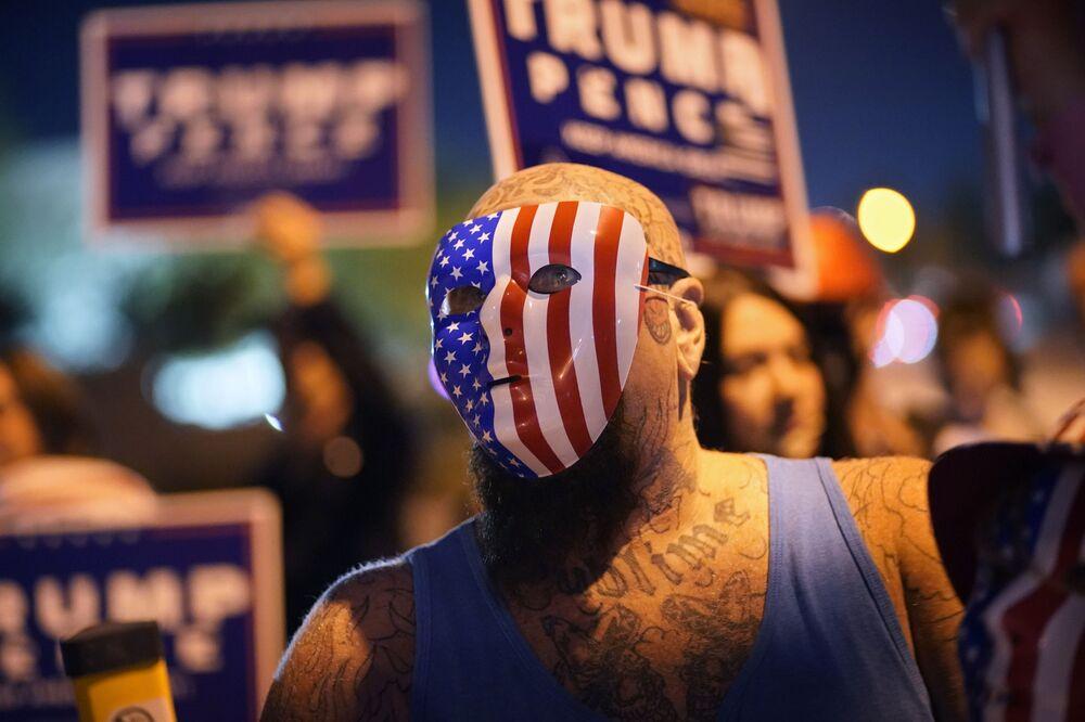 """Seçim sonuçlarının birbirine yakın olduğu Nevada eyaletinde gerilim yüksek. Eyaletin en büyük şehri olan Las Vegas'ı da içeren Clark County'de bir basın toplantısı sırasında bir protestocu kameraların önüne atlayarak, """"Biden suç ailesi bu seçimi çalıyor. Medya üzerini örtüyor"""" diye bağırdı."""