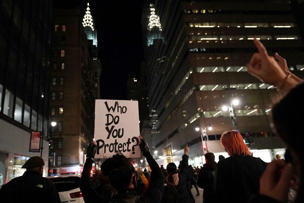 New York'ta sokağa çıkan vatandaşlar, Donald Trump'ın oy sayımının durdurulmasını talebinini protesto etti. Eylemcilerle polis arasında zaman zaman arbede yaşandı.