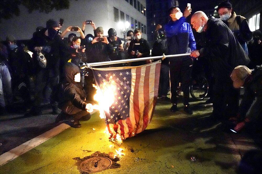 ABD'de, ırkçılık karşıtı gösterilerin merkezlerinden biri olan Portland yine şiddetli eylemlere sahne oldu.  Trump'ın seçim sonuçlarına itiraz etmesi ve hile yapıldığını iddia etmesi üzerine ülkenin çeşitli bölgelerinde protesto gösterileri düzenleyen Trump karşıtları, Portland'da polisle çatıştı.  Bazı göstericilerin ABD bayrağını yaktığı ve gözaltına alınan, alınmak istenen aktivistleri kurtarmak için polise saldırdığı bildirildi.