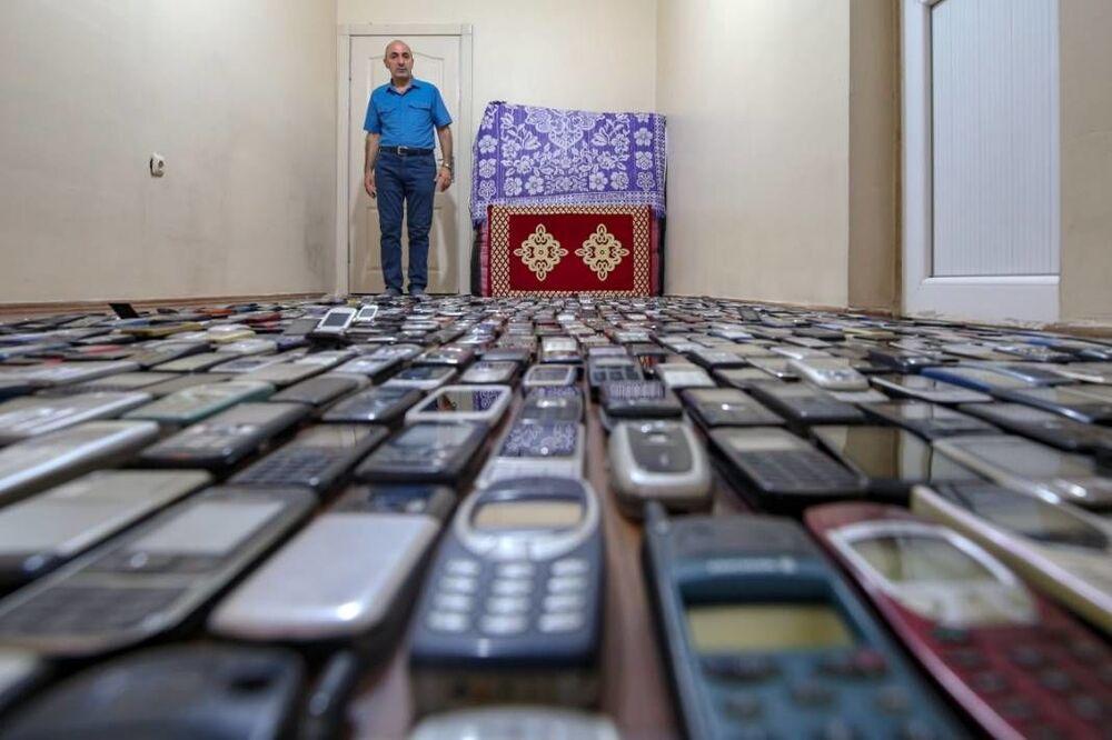 Van'da telefon tamirciliği yapan Şahabettin Özçelik, 20 yılda biriktirdiği bin cep telefonu ile koleksiyon oluşturdu. Bu süre içinde Özçelik'in farklı modellerde biriktirdiği yaklaşık 1700 cep telefondan 700'ünü evine giren hırsızlar çaldı.