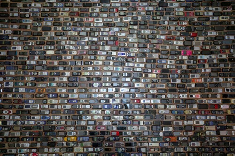 Kalan cep telefonlarını evinin bir odasında sergileyen Özçelik, üretildiği dönemlerde binlercesi satılan telefonlara özenle bakıyor.
