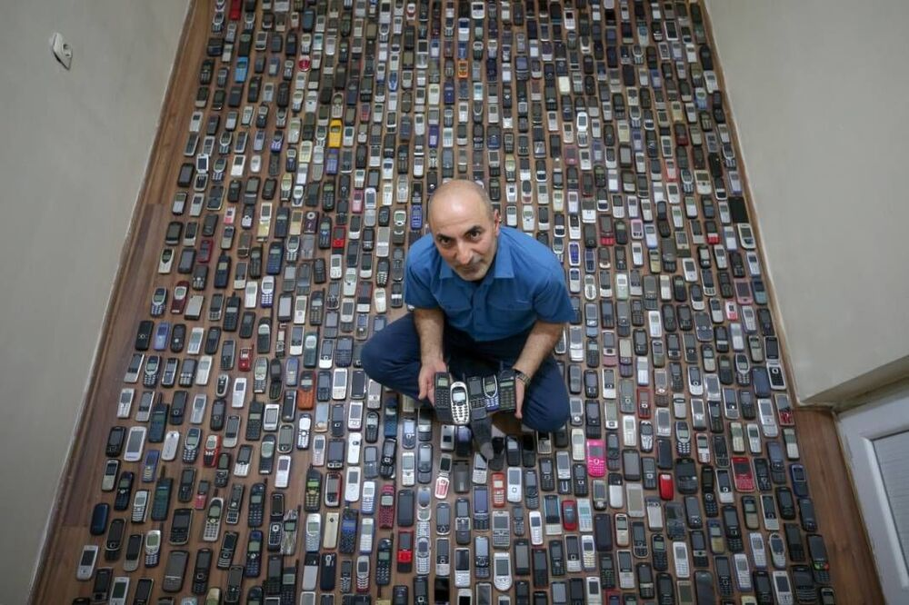 Özçelik, 20 yıl önce telefonlara olan ilgisi nedeniyle mesleğe başladığını ve o günden bu yana cep telefonlarının eskiyen modelleri biriktirdiğini söyledi.