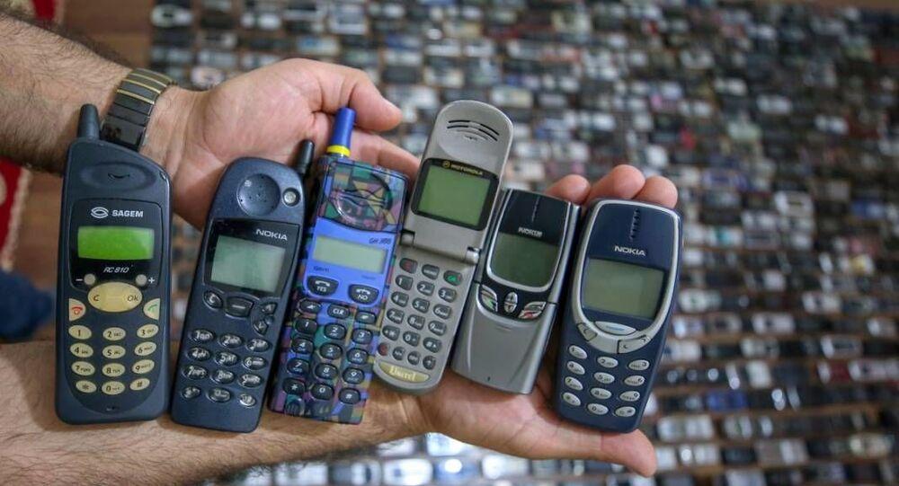 Sürekli yeni telefon modellerinin geliştirilmesi nedeniyle eskiyen modellerin üretilmediğini belirten Özçelik, şöyle konuştu: Bir zaman sonra insanların bu telefonları arayıp bulamayacağını düşünerek koleksiyon oluşturmaya karar verdim. Yeni aldığım ve tamir ettiğim telefonlarım var. Bunları evimde saklıyorum. Telefonların hepsi çalışır durumda. Bataryaları da duruyor. Elimde 1700 telefon vardı. 2 yıl önce evime hırsızlar girdi ve koleksiyonumdan benim için çok değerli olan 700 tanesini çaldılar.