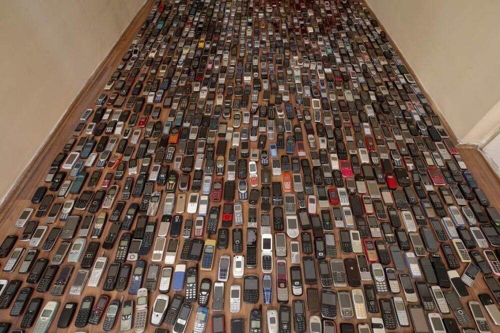 Koleksiyonunda 1000 telefonun kaldığını anlatan Özçelik, Telefonların hepsi çok nadir ve değerli. Daha önce çeşitli tekliflerde bulundular ancak koleksiyonumu vermedim. Evimin bir odasını özel olarak telefonlar için tahsis ettim. Zaman zaman bakmakta zorlanıyorum. İnşallah benden sonra başka bir koleksiyonsever bunların talibi olur ve gelecek nesillere taşır dedi.
