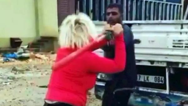 Köpeklerin mamalarını çalan kişiyi beyzbol sopasıyla dövdü - Sputnik Türkiye