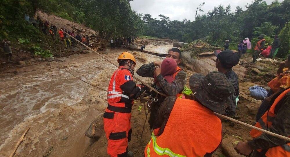 Eta Kasırgası'nın etkili olduğu Guatemala'da hayatını kaybedenlerin sayısının 150'yi aşması bekleniyor.