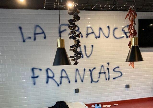 Fransa'nın kuzey batısındaki Nantes kentinde, Türklere ait bir dükkan ırkçı saldırıya uğradı.