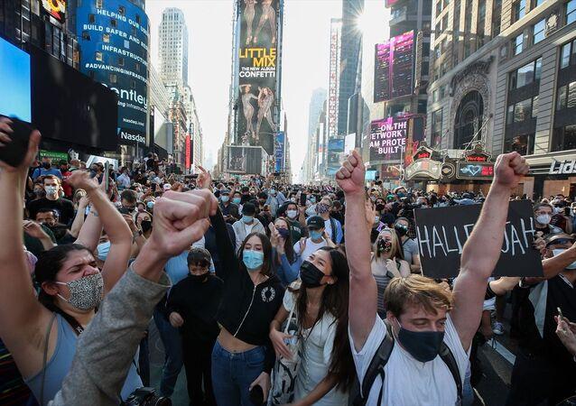 ABD'de yapılan 59. başkanlık seçimini resmi olmayan sonuçlara göre Demokrat Joe Biden'ın kazandığının duyurulmasının ardından, başta Başkent Washington DC ve New York kentlerinde olmak üzere birçok kentte kutlamalar yapılıyor