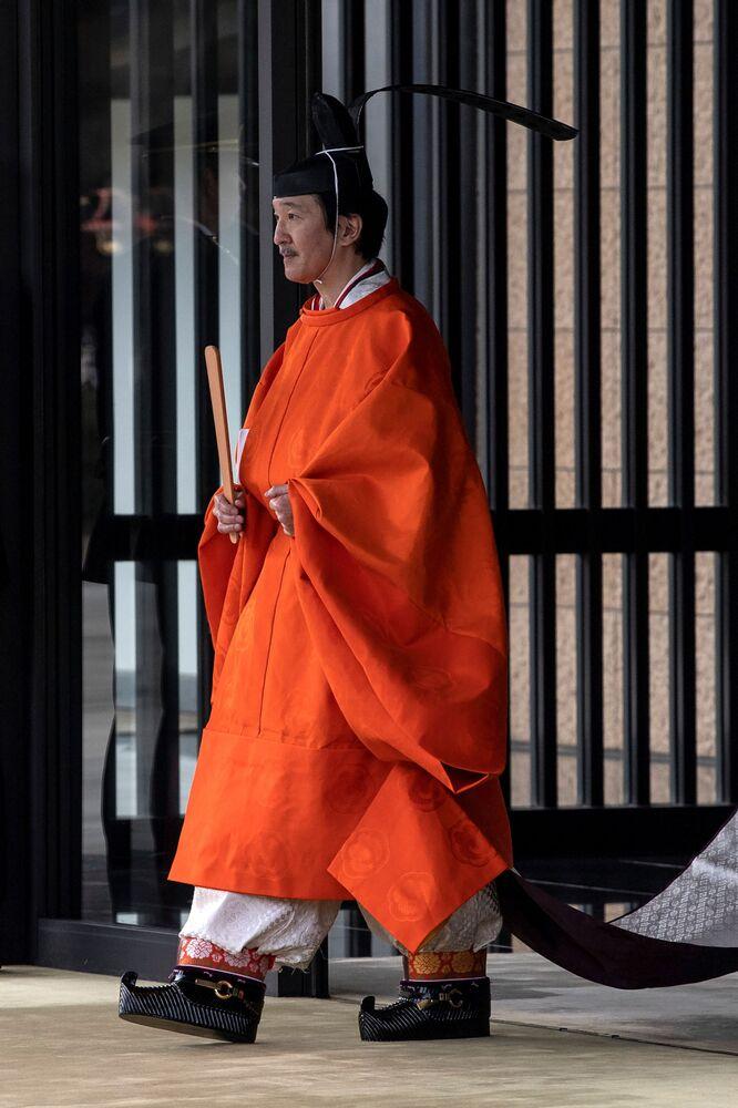 """Eşi Veliaht Prenses Kiko (54) ile törene katılan Veliaht Prens Fumihito (54), Japonya İmparatoru Naruhito (60) ve İmparatoriçe Masako'nun (56) önünde mesajını okudu. Fumihito, """"Veliaht Prens olarak sorumluluklarımı derinliğiyle kabul ederek görevlerimi yerine getireceğim"""" beyanında bulundu."""
