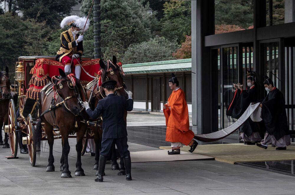 Japonya'da 1947 İmparatorluk Kanununa göre, sadece baba tarafından akrabalık bağına sahip erkekler tahta çıkabiliyor. Şu an tahtın varisleri arasında, biri erkek üç çocuğa sahip Fumihito'nun yanı sıra, oğlu Hisahito (14) ve Naruhito'nun amcası Hitaçi (84) yer alıyor.