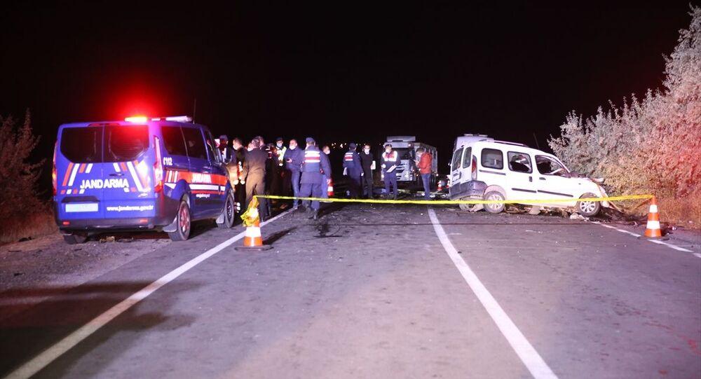 Ambulansı sollamaya çalışan otomobil karşı yönden gelen kamyonetle çarpıştı: 4 ölü, 3 yaralı