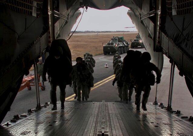 Rusya Savunma Bakanlığı'ndan yapılan açıklamada Dağlık Karabağ'daki cephe hattı boyunca ve Laçin koridoru boyunca, hafif silahlı 1.960 asker, 90 zırhlı personel taşıyıcı, 380 otomobil ve özel araçtan oluşan Rusya Federasyonu barış gücü konuşlandırılacak