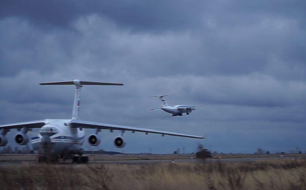 Rusya Savunma Bakanlığı'nın açıklamasına göre, Rus barış güçlerini taşıyan 9 ve 10. İl-76 uçağı Ulyanovsk Vostoçnıy Havalimanı'ndan Karabağ'a hareket etti. Uçaklarda ayrıca malzeme ve zırhlı personel taşıyıcılarının bulunduğu kaydedildi.
