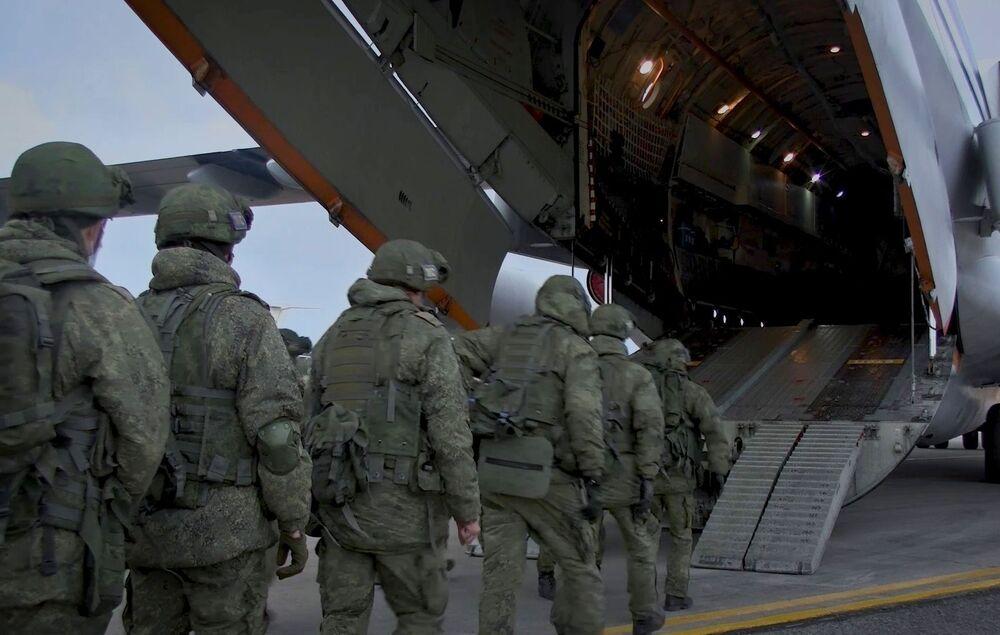 Rus barış güçleri Il-76 uçağına binerken