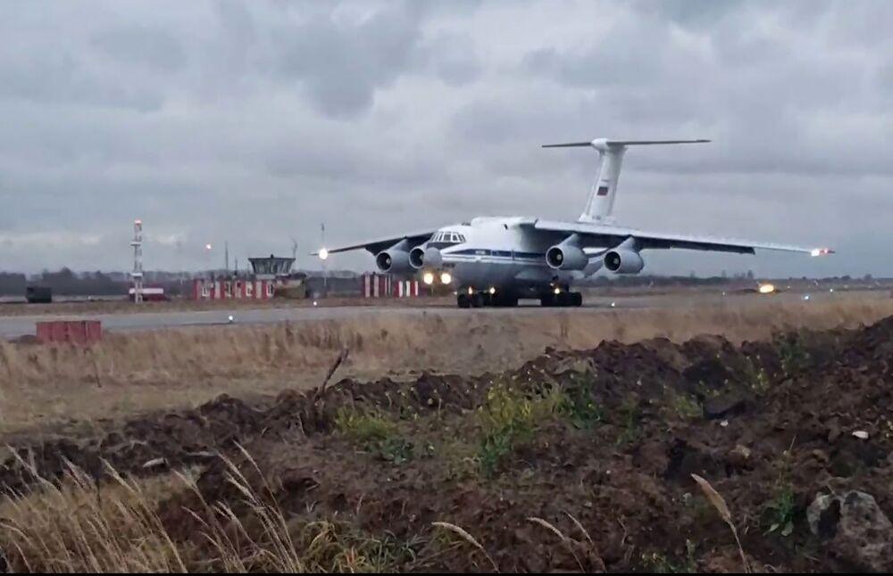 Rusya Dışişleri Bakanlığı Sözcüsü Mariya Zaharova Eho Moskvı radyosuna açıklamasında, Karabağ'da sadece Rusya'nın barış güçlerinin görev yapacağını belirtti Fotoğrafta: Karabağ'da görev yapacak Rus barış güçlerini taşıyan  Il-76  askeri kargo uçağı, Ulyanovsk-Vostoçnıy Havaalanı'ndan havalanırken