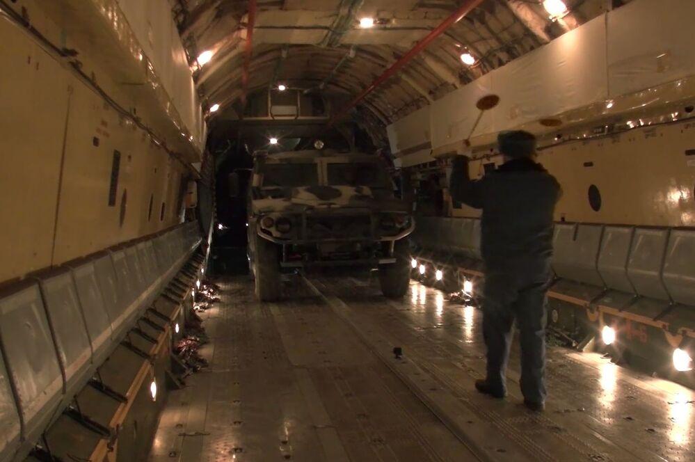 Rus barış gücünün Il-76 tipi bir askeri kargo uçağıyla Karabağ'a doğru yola çıkması öncesi yapılan hazırlıklar