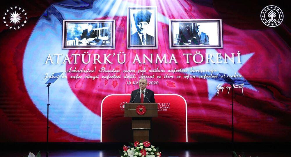 Türkiye Cumhurbaşkanı Recep Tayyip Erdoğan, Dil ve Tarih Yüksek Kurumu tarafından Türkiye Cumhuriyeti'nin kurucusu Büyük Önder Mustafa Kemal Atatürk'ün ebediyete intikalinin 82'nci yılı dolayısıyla, Beştepe Millet Kongre ve Kültür Merkezi'nde gerçekleştirilen Atatürk'ü Anma Töreni'ne katılarak konuşma yaptı.
