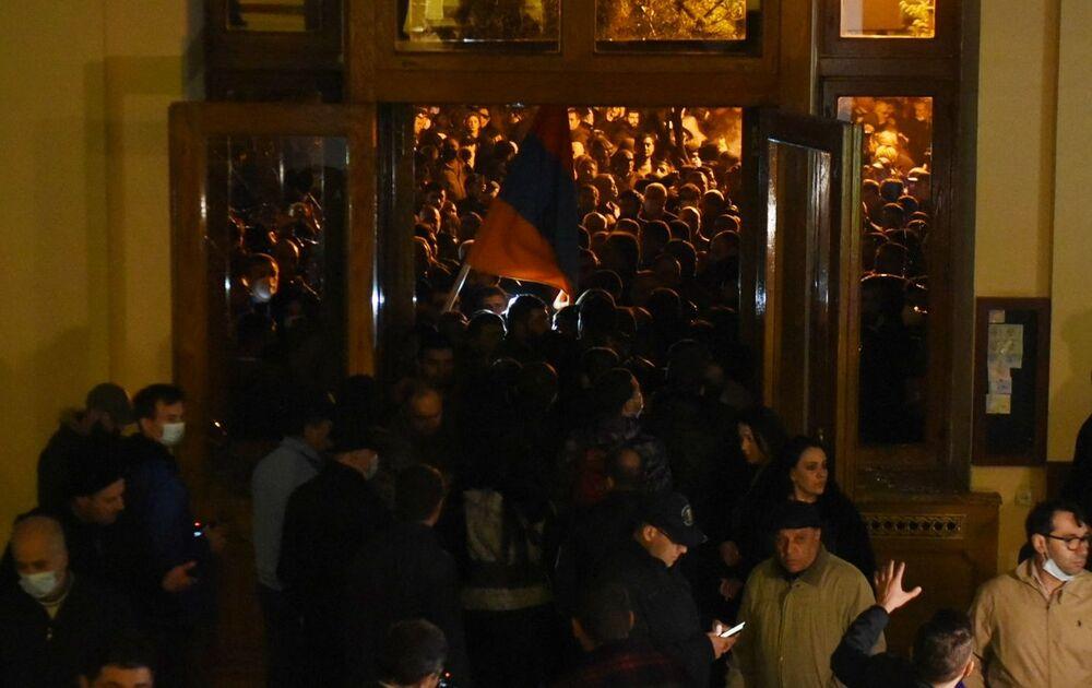 Erivan'da protestocular  parlamento binasında toplanarak milletvekillerinin 'anlaşmadan çekilmek üzere' parlamentoya gelmelerini talep ediyorlar. Göstericiler, gelmedikleri takdirde 'vekilleri bulmakla ve hesap sormakla' tehdit ediyorlar.