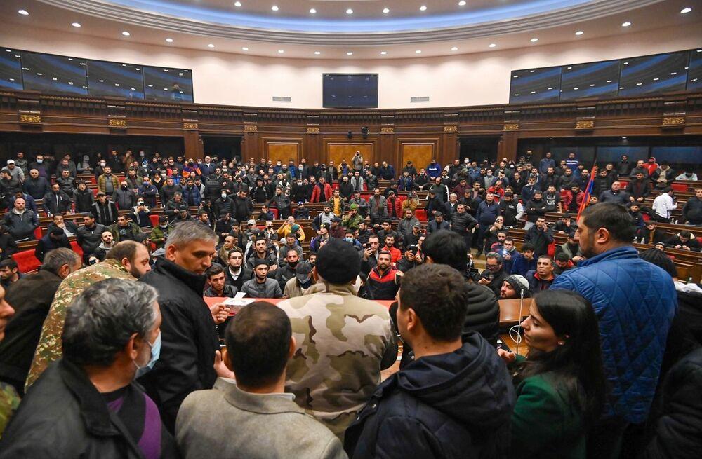 Muhalefetteki 'Müreffeh Ermenistan' partisi vekili İveta Tonoyan, protestolara katılarak Başbakan Paşinyan'a istifa çağrısında bulundu. Tonoyan, yeni ateşkes bildirgesinin imzalanmasını Tarihimizdeki en utanç verici sayfa olarak değerlendirdi.