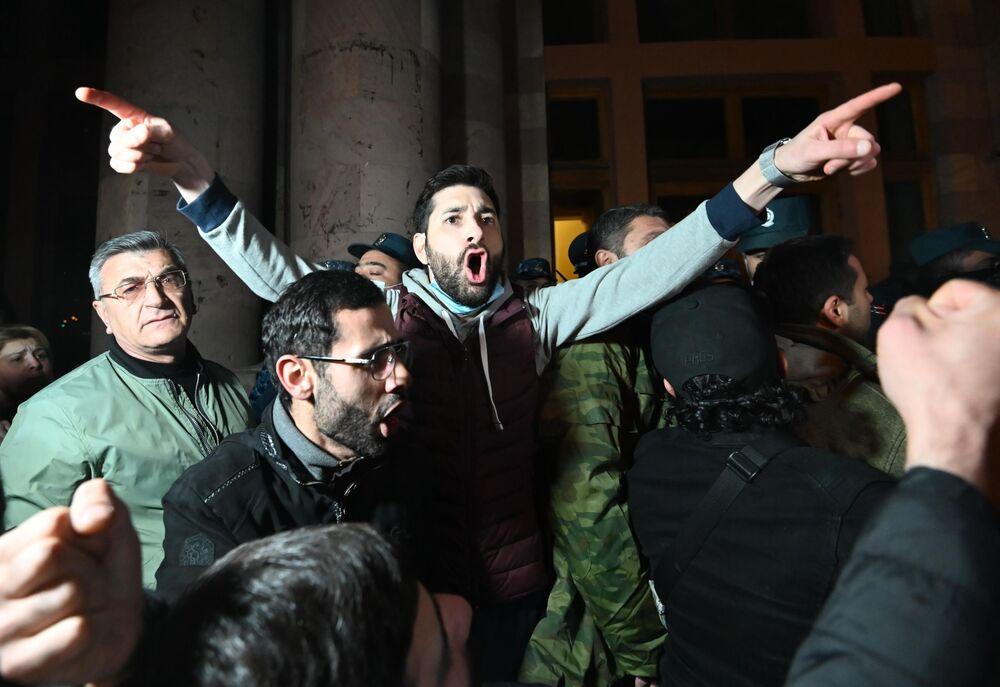Ermenistan'ın başkenti Erivan'da protesto gösterileri sürerken, parlamento binası yakınında Meclis Başkanı Ararat Mirzoyan'ın korumaları ile göstericiler arasında arbede yaşandı
