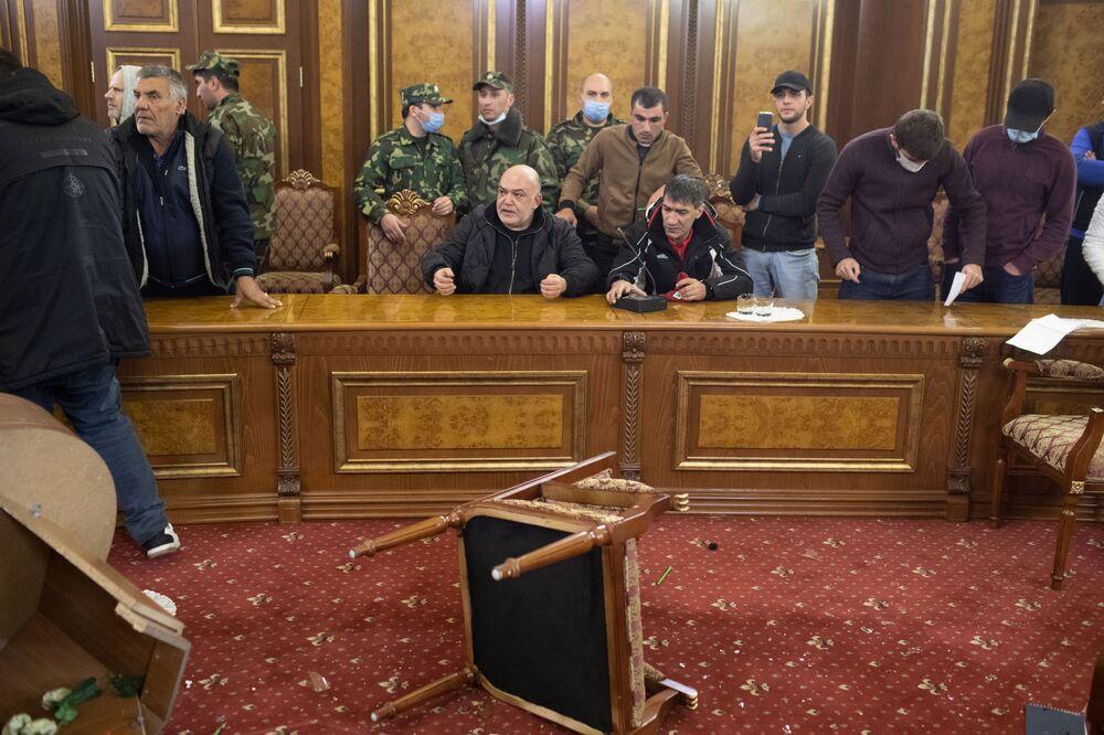 Ermenistan'ın başkenti Erivan'da Başbakan Paşinyan'ı protesto eden göstericiler parlamento binasına girdi