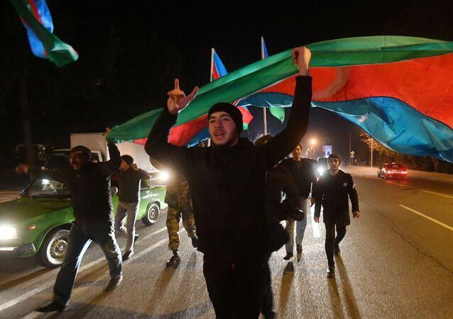 Azerbaycan'da halk Cumhurbaşkanı İlham Aliyev'in ulusa sesleniş konuşmasında, Rusya'nın arabuluculuğunda yapılan anlaşma kapsamında   Ermenistan güçlerinin Laçin, Kelbecer ve Ağdam illerini ay sonuna kadar boşaltacağı müjdesini vermesinin ardından sokaklara akın etti