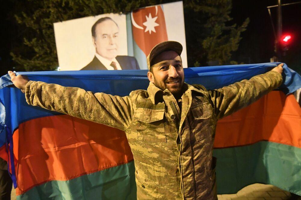 Karabağ'da savaşı sona erdiren anlaşmanın imzalanmasının ardından çoşkulu kutlamaların devam ettiği Azerbaycan'ın Mingeçevir kentinden  bir kare