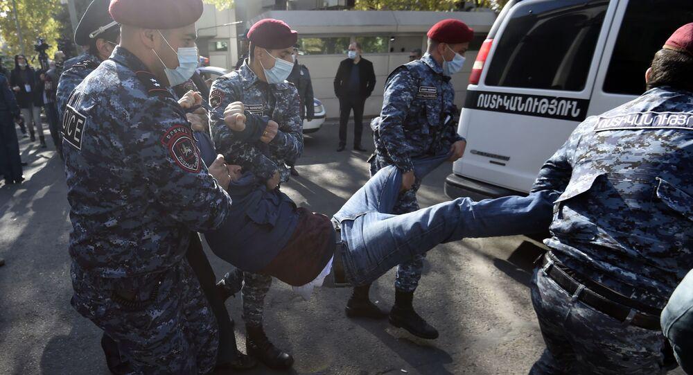 Erivan'da polisle Paşinyan'ın istifasını isteyen protestocular arasında gerilim