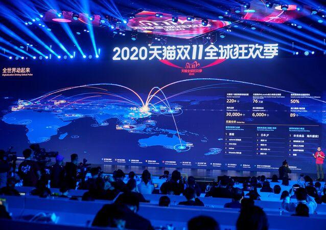 Alibaba medya merkezinde 11 Kasım 2020 Bekarlar Günü küresel alışveriş festivalindeki ticaret hacmi an be an dev ekrana yansıtıldı.