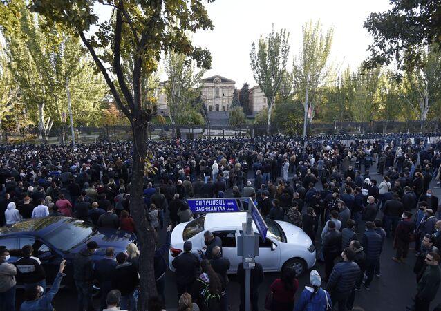 Erivan'da protestocular parlamento binasına doğru yöneldi