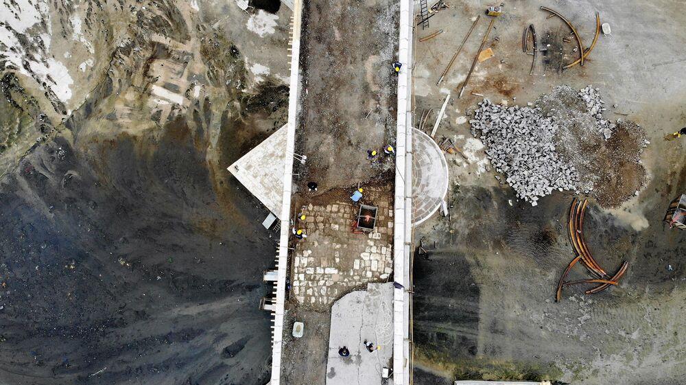 Tokat'ı Orta Anadolu'ya bağlayan bir kavşak konumundaki 151 metre uzunluğunda, 7 metre genişliğindeki kesme taştan yapılan Hıdırlık Köprüsü asfalt zeminden kurtarılıyor. Ulaştırma ve Altyapı Bakanlığı'nın destekleri Tokat Belediyesi'nin girişimleri ile tarihi köprüde yapılan restorasyon çalışmaları titizlikle yürütülüyor.