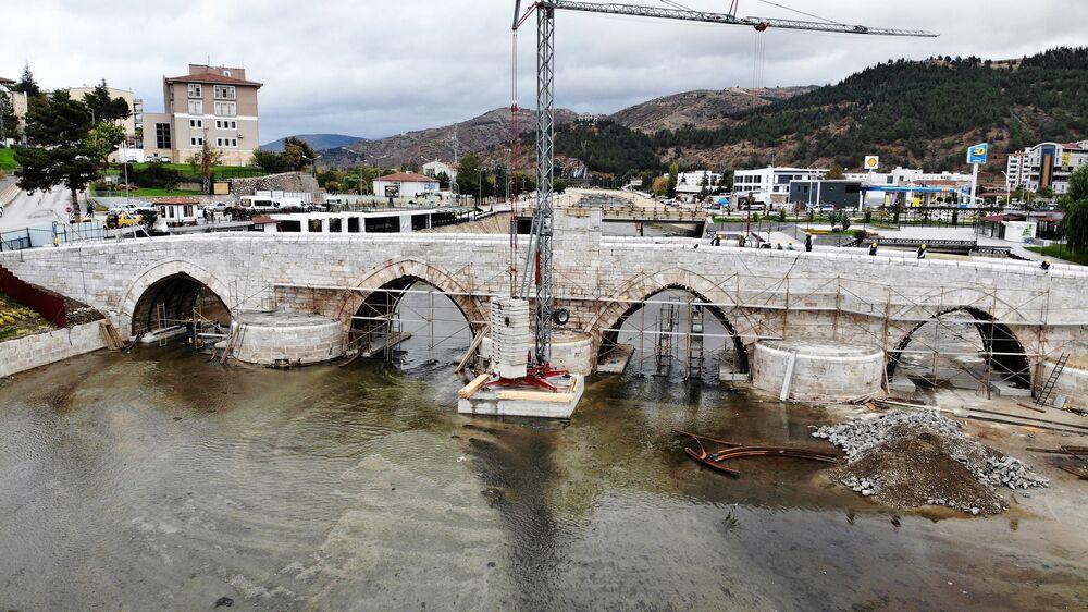 Köprü üzerine iş makinesi çıkarılmadan yapılan çalışmalarda işçiler asfalt zemini kazma kürek çalışarak kaldırıyor. Hafriyat ise vinç vasıtası ile köprüden alınarak boşaltılıyor. Yaklaşık 2 aydır devam eden çalışmalarda köprünün zeminindeki asfalt malzeme kaldırılarak 770 yıllık taşlar yeninden ortaya çıkartıldı.