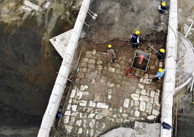 """Yapılan çalışmaları yerinde inceleyen Tokat Belediye Başkanı Eyüp Eroğlu, """"Köprünün üzerinde bir beton, asfalt tabakası vardı. O tabakanın altında ne çıkacağını merak ediyorduk. Restorasyon çalışmalarında yaklaşık 55 santimetrelik bir tabaka ortaya çıktı. Asfalt ve zaman zaman dökülen betonlarla ne yazık ki köprümüzün üzerinde böyle tabakalar oluşmuş. Şimdi ise o tabakaların kaldırılıyor olması ile beraber alttan o eski taşlar çıktı. Selçuklu zamanında 770 yıl önce köprüye konulan taşlar gün yüzüne çıkmaya başladı. Köprünün yarısı bu tabakadan temizlendi. Geri kalanı da temizlenmeye devam ediyor. Taşların yer yer seviyelerinde bozulmalar var. Bunlarda kurul kararı ile düzeltilecek. Çalışmalar tamamlandığında 770 yıl öncesindeki görünümüne kavuşacak. 2021 yılının Nisan-Mayıs aylarında hizmete açılması planlanıyor"""" dedi."""