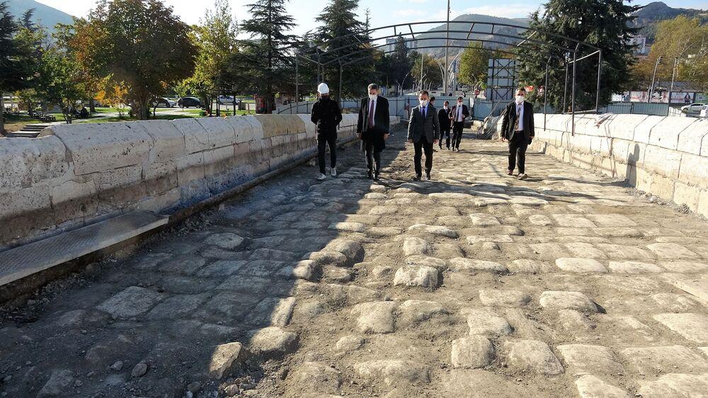 """Başkan Eroğlu, köprü altına yerleştirilen iskele sisteminin restorasyondan sonra kaldırılacağını belirterek, """"Köprünün su gözlerinin bulunduğu yerlerde demir kasnaklar var. Onlar tamamen önleyici anlamda yapılan bir çalışma, kalıcı değil. Köprü üzerindeki tabakalar kaldırıldığı için olası bir sıkıntıya mahal vermemek için köprüyü güvenliğe alma anlamında yapılan bir sistem. Bu demir aksam restorasyon bittikten sonra kaldırılacak. Asla ve asla köprünün tarihi görünümüne getirilecek şekilde güzel bir restorasyon çalışması yapılacak"""" diye konuştu."""