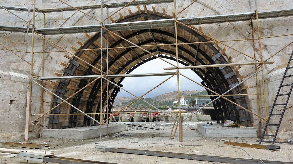 Selçuklu'nun en önemli sultanlarından birisi olarak sayılan Alaaddin Keykubat'ın 3 torununun 13. yüzyılda devleti birlikte yönettiği dönemde yapılan Hıdırlık Köprüsü, günümüze kitabesiyle birlikte ulaşmış tek köprü olarak biliniyor. 5 kemere sahip ve yapıldığı döneme göre çok büyük bir şekilde inşa edilmiş olan Hıdırlık Köprüsü, bugüne kadar ciddi bir tadilata ihtiyaç duymamış, sağlamlığıyla da bölgede yaşanan büyük depremlere rağmen ayakta kalabilmiş önemli eserlerden birisi olarak dikkat çekiyor. Yöre insanı tarafından Taşköprü olarak da adlandırılan Hıdırlık Köprüsü nesilden nesile geçen kültürel miras olarak önem taşıyor.