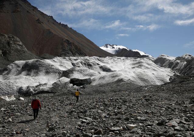 """Buzulların 1950'lerden bu yana yaklaşık 450 metre geri çekildiğini söyleyen uzmanlar, Laohugou No 12"""" olarak bilinen 20 kilometrekarelik buzulun ölçümlerin başladığı 60 yıl öncesinden bu yana yaklaşık yüzde 7 küçüldüğünü ve son yıllarda erimenin hızlandığını belirtti."""