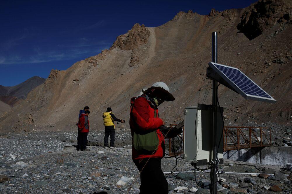 Çin Bilimler Akademisi'nin verilerine göre, dağların ötesindeki buzul çekilmesi 1956-1990 yıllarına göre son 20 yılda yüzde 50 daha hızlı gerçekleşti