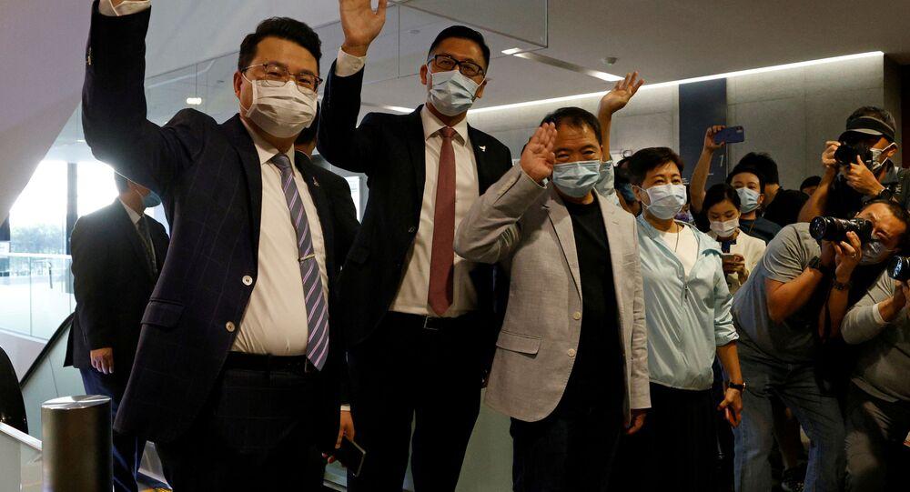 Hong Kong parlamentosunda toplu halde istifalarını verdikten sonra medyaya poz veren Batı tipi demokrasi yanlısı milletvekilleri