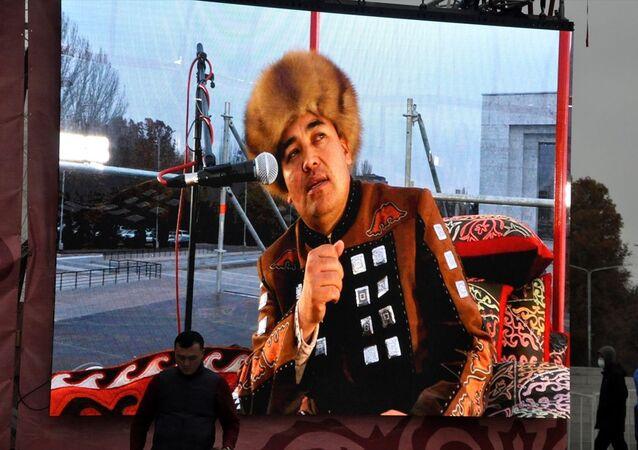 Kırgızistan'da 37 yaşındaki Dölöt Sıdıkov adlı Manasçı, Guinness Rekorlar Kitabı'na girebilmek için 14 saat 07 dakika 27 saniye süresince aralıksız Manas Destanı'nı okudu. Başkent Bişkek Merkezi'nde Ala-Too Meydanı'ndaki Manas kahramanı heykeli önünde Manasçı Sıdıkov'un Manas Destanı'nı ezbere okuyarak rekor denemesi gerçekleştirildi.