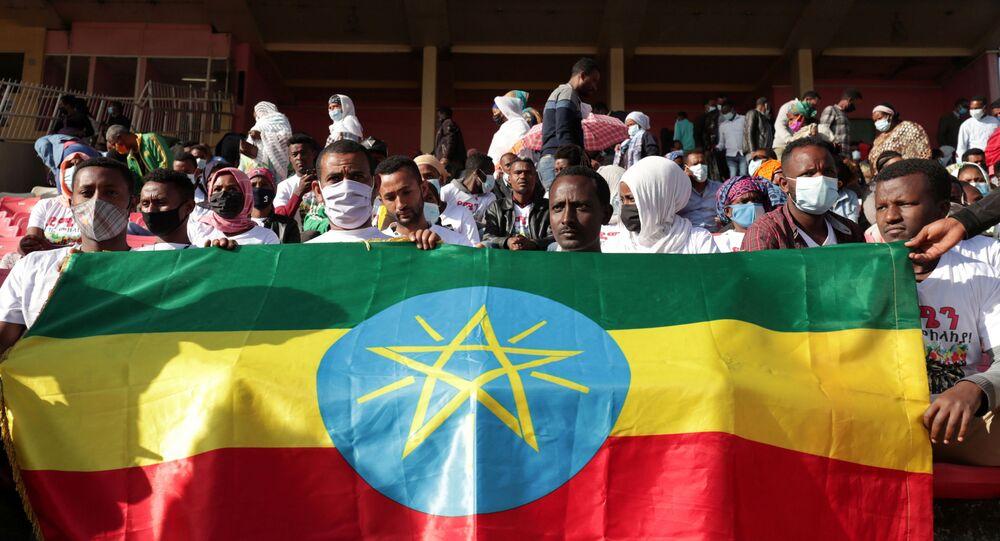 Tigray bölgesinde savaşan Etiyopya federal ordusunun yaralı askerlerine kan bağışı için Addis Ababa'daki stadyumda sıraya giren binlerce kişi, Etiyopya bayrağı tutarken