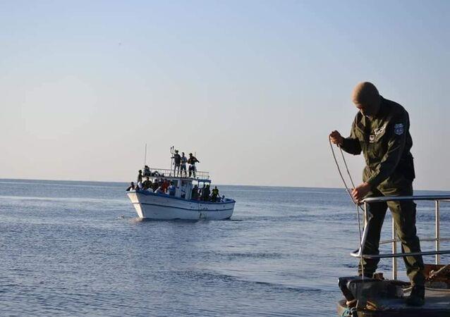 Tunus Futbol Federasyonu'ndan yasak yiyen Croissant Sportif Chebbien (CSC)Kulübü'nüntaraftarları, Chebba limanında balıkçı teknelerine doluşup İtalya'ya doğru Akdeniz'e açıldı.